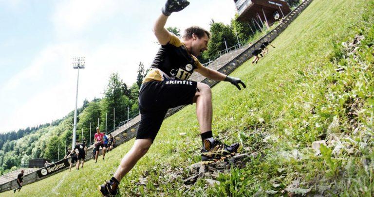 Ein Teilnehmer rennt den steilen Anstieg der Mühlenkopfschanze hinauf